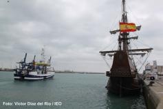El B/O Ramón Margalef navega hacia la bocana del puerto dejando por estribor al galeón La Pepa. Un panorama singular que nos hace pensar en la dureza de la navegación de entonces ©IEO
