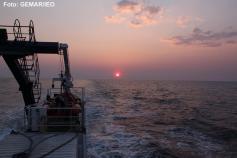 El sol poniéndose mientras el B/O Ramón Margalef continúa trabajando en los levantamientos batimétricos durante la noche ©GEMAR/IEO