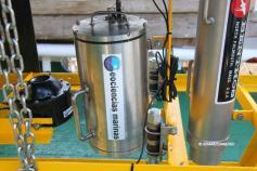 Detalle del VOR en el que se aprecia la secuencia de sistemas (de izquierda a derecha): foco artesanal desarrollado por el Grupo GEMAR construido con tecnología led; contenedor blindado de acero para la cámara de fotos digital Nikon, también desarrollado