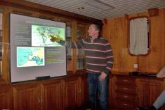 Jose Luis Rueda impartiendo su conferencia a bordo ©IEO