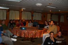 Juan Gil Herrera imparte una conferencia en la sala de reuniones del barco ©IEO