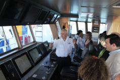 José Mª Abreu, Primer Oficial del B/O Ramón Margalef, explica a los alumnos de La Universidad de Cádiz, los pormenores del sofisticado equipamiento que tiene esta moderna unidad del Instituto Español de Oceanografía ©GEMAR/IEO