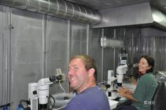 Javier Souto e Inma Frutos, briozoos y suprabentos, en el laboratorio de biología © IEO