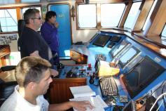 El Capitán del B/O Emma Bardán, en el puente de gobierno, controlando la navegación. A su derecha el Primer Oficial y a su izquierda el Jefe de Máquinas. Puede comprobarse la amplitud del puente, su luminosidad y la gran visibilidad que posee ©IEO