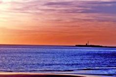 El faro de la Caleta, instalado en una antigua fortificación militar construida en época de Carlos III, ha sido fotografiado hasta el infinito, sin embargo, nunca nos ofrece el mismo colorido pero siempre una singular belleza. Un paseo por la playa, tras