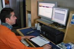 El Licenciado en Ciencias del Mar, Gerardo Bruque, controla la adquisición de datos procedente de la sísmica de muy alta resolución ©IEO