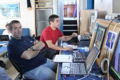 El control de los sistemas de prospección se realiza desde los pupitres del laboratorio de geoacústica. Ante los ordenadores Luis Miguel Fernández Salas y Gerardo Bruque Carmona en su turno de trabajo ©IEO