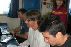 Pupitre de control de TOPAS y multihaz. De izquierda a derecha: Luis Miguel Fernández Salas, Antonio Torres Pascual y Gerardo Bruque Carmona. Al fondo Desirée Palomino Cantero ©IEO