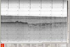 Captura de pantalla de la sonda paramétrica, en la que se observa el nivel basal fuertemente erosionado, sobre el que se desarrolla un depósito en cuña, con la pendiente hacia la derecha ©IEO