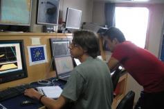 Antonio Torres y Gerardo Bruque controlan las sondas en el pupitre del laboratorio de geofísica del B/O Emma Bardán ©IEO