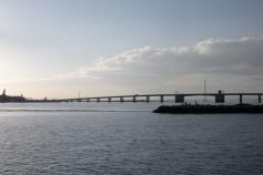 La salida del sol por Puerto Real ya conocida por todos nosotros. A un lado, el puente Carranza, al otro, la canal de navegación del interior de la bahía. La salida matinal regala paisajes marineros muy hermosos ©IEO
