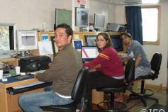 Curro López, DESI Palomino y Antonio Torres, dispuestos sobre el pupitre de control de los sistemas de prospección del laboratorio de geofísica ©IEO