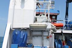 Popa del buque con la maquinilla de arrastre en primer plano. Este torno es el que se trabaja con la draga de arrastre bentónica ©IEO