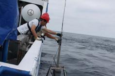 La draga Box corer en el momento de ser lanzada al agua por la banda de estribor. En primer plano el Primer Oficial Manuel A. Piñeiro Barros, corredor de fondo, y en la cubierta superior el Licenciado Curro López, que hace las funciones de navegante en la