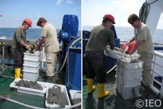 El Dr. José Luis Rueda junto al IP del Proyecto, Dr. Víctor Díaz-del-Río, tamizando el material extraído con la draga, utilizando una columna de tamizado en húmedo sobre la cubierta del barco ©IEO