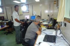 José Luis López-Jurado (investigador del IEO) junto con Carlos Morell (Licenciado en Ciencias Ambientales) manejando el CTD. Campaña Agosto 2011 Canal de Menorca © IEO