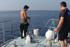 El equipo de Reservas Marinas perparando el segundo fondeo ©ALNITAK