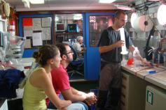 Preparación de los laboratorios y explicación a los jóvenes investigadores de cómo funcionan los equipos / Young scientists learn how the equipment works and how to prepare the laboratory ©ICM-CSIC