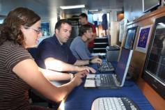 Laboratorio de control de los sistemas geoacústicos. Desde estos ordenadores controlamos los sistemas de prospección muy sofisticados con los que está equipado el buque: multihaz y sísmica de muy alta resolución (TOPAS). Con ellos investigamos la geomorfo