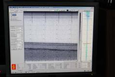 Captura de pantalla del sistema TOPAS en el que se observan los diferentes niveles sísmicos de reflectividad variable. Cada línea horizontal representa un depósito sedimentario o rocoso ©IEO
