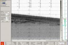 Captura de pantalla de un fragmento de perfil de la sonda paramétrica (TOPAS) en el que se observa con nitidez la serie sísmica y algunos reflectores inferiores de morfología irregular. A la derecha se puede apreciar el rasgo de una fractura de desarrollo