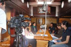 Ricardo Sgarminaga, presidente de Alnitak, explicando a los diferentes periodistas los objetivos científicos de las Expediciones Mediterráneo 2012, centrados en el proyecto LIFE+ INDEMARES ©Alnitak