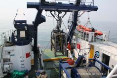 Técnicos supervisan el funcionamiento del ROV Liropus instalado en la popa del barco ©Víctor Díaz del Río/IEO